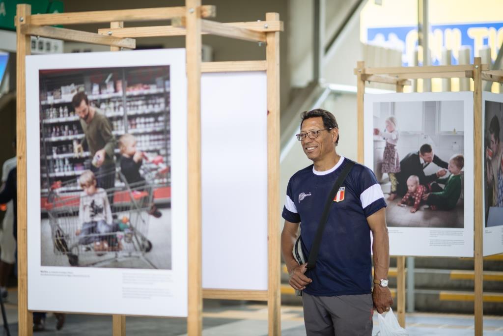 """Exhibición """"Papás suecos"""" promueve paternidad compartida e igualdad en el metro de Lima"""