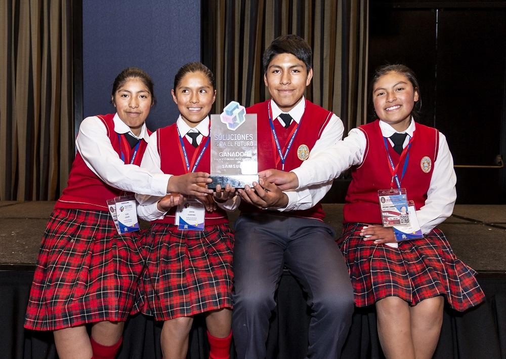 Escolares peruanos crean papel ecológico en base a bosta para contribuir al cuidado de nuestros bosques