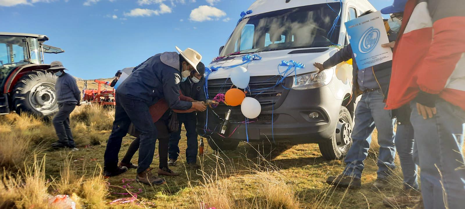 Antapaccay entregó vehículo de transporte y tractor agrícola equipado a la comunidad Alto Huarca